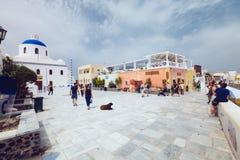 希腊,圣托里尼- 2017年10月01日:在白色城市狭窄的街道上的假期的人在海岛上的 图库摄影