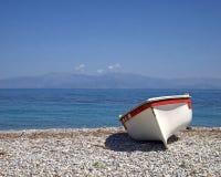 希腊,在海滩的小船 图库摄影