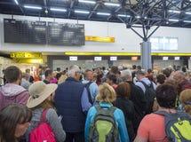 希腊,科孚岛,克基拉岛镇,2018年9月29日:等待在长的qeue的人们在登记处柜台在科孚岛机场,大 免版税库存照片