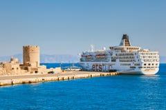 希腊,罗得岛- 7月14在口岸的游轮在圣尼古拉斯堡垒2014年7月14日的在罗得岛,希腊 图库摄影