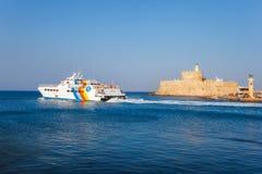 希腊,罗得岛- 7月19在圣尼古拉斯堡垒的背景的船2014年7月19日的在罗得岛,希腊 免版税库存照片