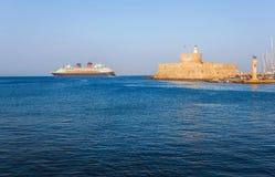 希腊,罗得岛- 7月19日在圣尼古拉斯堡垒的背景的游轮2014年7月19日的在罗得岛,希腊 库存图片