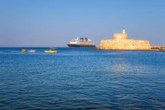 希腊,罗得岛- 7月19日在圣尼古拉斯堡垒的背景的游轮2014年7月19日的在罗得岛,希腊 免版税图库摄影