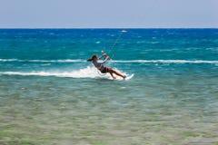 希腊,罗得岛- 7月17日海滩2014年7月17日的Prasonisi kitesurfer在罗得岛,希腊 库存图片