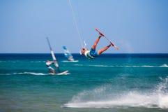希腊,罗得岛- 7月16日跳跃在2014年7月16日的Prasonisi的Kitesurfer在罗得岛,希腊 库存照片