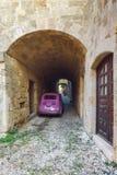 希腊,罗得岛- 7月19老镇的街道2014年7月19日的在罗得岛,希腊 免版税库存图片