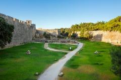 希腊,罗得岛- 7月13耶路撒冷旧城的堡垒墙壁2014年7月13日的在罗得岛,希腊 图库摄影