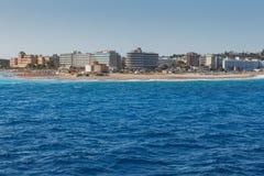 希腊,罗得岛- 7月16 :海岛的东部点和2014年7月16日的海滩胡同在罗得岛,希腊 免版税库存照片