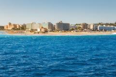 希腊,罗得岛- 7月16 :海岛的东部点和2014年7月16日的海滩胡同在罗得岛,希腊 免版税库存图片