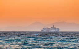 希腊,罗得岛- 7月19 :游轮努力去做纵长海岸在2014年7月19日的sunseton在罗得岛,希腊 库存照片