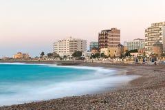 希腊,罗得岛- 7月16 :都市海滩在2014年7月16日的晚上在罗得岛,希腊 免版税库存照片