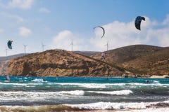 希腊,罗得岛- 7月16 :LKiters和风帆冲浪者Prasonisi海湾的2014年7月16日在罗得岛,希腊 免版税库存图片