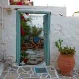 希腊,美丽如画的房子围场入口 库存照片