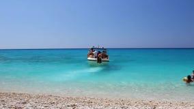 希腊,莱夫卡斯州海岛, 2011年7月 在Egremni海滩的游船在莱夫卡斯州, Ionion海 股票录像
