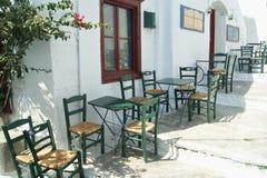 希腊,阿莫尔戈斯岛,与桌和椅子的一个咖啡馆 图库摄影