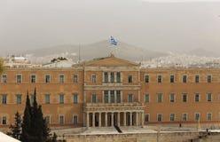 希腊,雅典污染 在议会的不健康的灰色烟雾在结构体 天空、小山和镇背景 免版税库存照片