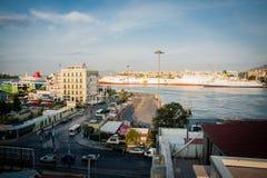 希腊,雅典,视图8月2016年, Pireus从大厦的上面的港口 大运输船 库存照片