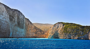 希腊, Navagio海滩,扎金索斯州海岛,希腊的海岸 海岸的看法从海的 免版税库存照片