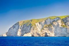 希腊, Navagio海滩,扎金索斯州海岛,希腊的海岸 海岸的看法从海的 免版税库存图片