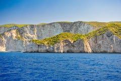 希腊, Navagio海滩,扎金索斯州海岛,希腊的海岸 海岸的看法从海的 库存照片