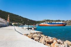 希腊, Panormitis 7月14日:修道院,散步, 2014年7月14日的轮渡停泊处在Panormitis,希腊 免版税库存图片