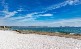 希腊,Attica 天空蔚蓝,风平浪静水,马季海滩 免版税库存图片