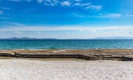 希腊,Attica 天空蔚蓝,风平浪静水,马季海滩 库存图片