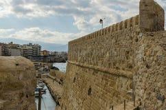 希腊-2017年11月:Heraclion港口看法从老威尼斯式堡垒Koule,克利特的 图库摄影