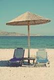 希腊 海滩睡椅希腊海岛kefalos kos桔子伞 海滩睡椅二伞 在ins中 免版税库存图片