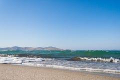 希腊 海滩睡椅希腊海岛kefalos kos桔子伞 Tigaki海滩 海和白色沙滩 免版税图库摄影