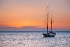 希腊 罗得斯 在日出的游艇在地中海 罗得斯 免版税库存照片