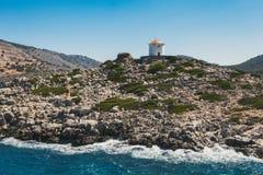 希腊 Panormitis 在入口的磨房对海湾 免版税库存照片