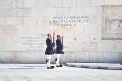 希腊evzones -希腊tsolias -守卫在无名英雄墓的总统豪宅前面 免版税库存照片