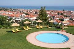 希腊halkidiki旅馆池 库存照片
