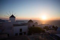 希腊mykonos 在海的日落有米科诺斯的希腊海岛的偶象风车的,看见从大阳台 免版税库存照片