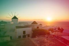 希腊mykonos 在海的日落有米科诺斯的希腊海岛的偶象风车的,看见从大阳台 免版税图库摄影