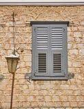 希腊Nafplion、灰色窗口快门和灯 库存照片