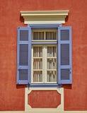 希腊Nafplion,在橙色房子墙壁上的窗口 图库摄影