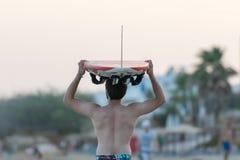 希腊paros 2015年8月09日 有海浪的冲浪者在去他的头追逐波浪 库存图片