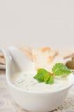 希腊Tzatziki酸奶垂度和皮塔饼面包 免版税图库摄影
