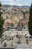 希贝尼克,克罗地亚,双十国庆2017年,小山的在城市前面,镇静温暖的秋天天坟园 免版税库存照片