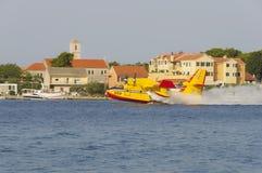 希贝尼克,克罗地亚, 2012年8月6日- waterbomber 库存图片