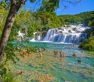 希贝尼克,克罗地亚-沐浴在Krka瀑布的游人 库存照片