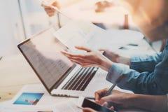 帐户队会议 照片年轻企业乘员组与新的起始的项目一起使用 在木桌上的笔记本 想法 免版税库存图片