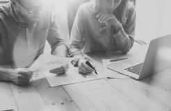帐户队讨论过程 照片企业乘员组与新的起始的项目一起使用 在木桌上的笔记本 想法 免版税库存图片