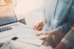 帐户经理见面 照片年轻企业乘员组与新的起始的项目一起使用 在木桌上的笔记本 想法 免版税库存照片