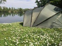 帐篷前面一个美丽的湖 免版税库存照片