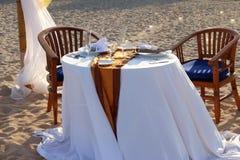 帐篷和一张桌一顿浪漫晚餐的在海滩 库存照片
