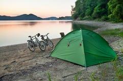 帐篷和两辆自行车 库存图片