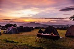 帐篷和早餐桌 库存图片